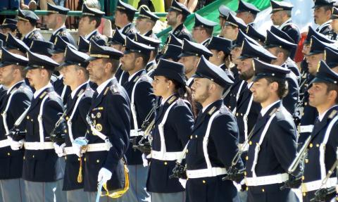Via le stellette dalle divise della polizia di Stato: è giusto avere ancora una forza di Polizia ad ordinamento militare?
