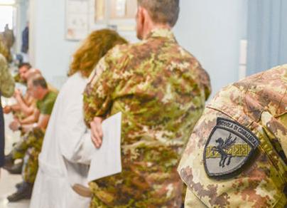 """Nel Centro Trasfusionale del """"Vito Fazzi"""" la pacifica """"invasione"""" dei militari della Scuola di Cavalleria"""
