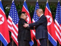 Storica stretta di mano tra Donald Trump e Kim Jong-un