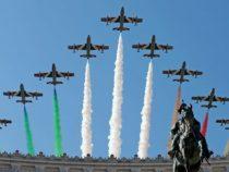 Paracadutisti in volo su Roma per la festa della Repubblica