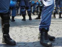 Poliziotti con divise assegnate loro 10 anni fa