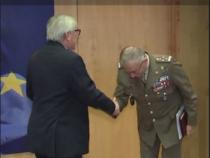 Il generale Graziano si inchina a Juncker