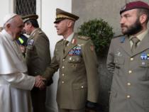 Papa Francesco con i militari della Brigata Sassari