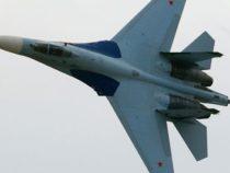 Caccia russi Su-27 allontanano bombardiere USA B-52
