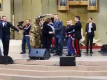 Lourdes: Il ministro della Difesa Trenta danza con un militare