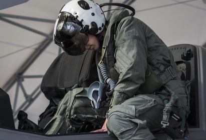 Estero: Prima donna a pilotare il super jet da caccia F-35B