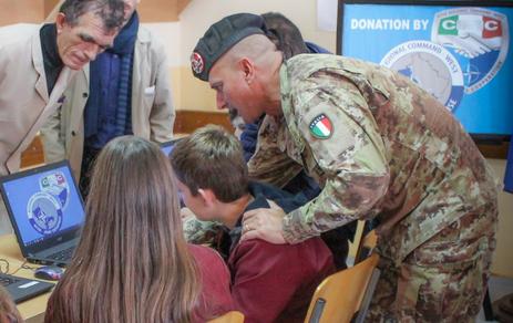 Kosovo: Donate dal CIMIC italiano attrezzature per la creazione di un laboratorio multimediale