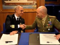 Alpini e marinai firmano una storica pergamena che sancisce amicizia e fratellanza
