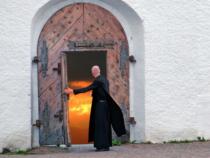 Stipendio dei religiosi: Quanto guadagnano preti, frati e suore