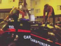 Cronaca: Napoli, sputi e salti su auto dei carabinieri. Follia di un trapper