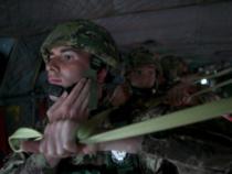 Esercito: Addestramento dei VFP1 del 187° Folgore al lancio notturno