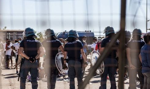 Cronaca: Emergenza migranti, poliziotti esasperati. Il Sap pronto alla protesta