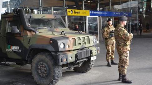 Napoli: Militari soccorrono uomo colto da malore