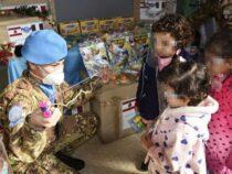"""Missione Unifil Libano: I """"caschi blu"""" italiani donano giocattoli ai bambini"""