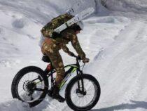 Le truppe alpine dell'Esercito Italiano in alta quota con le biciclette a pedalata assistita