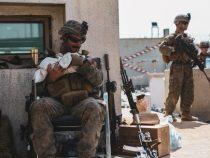 Kabul: La foto di un Marine che calma un neonato e lo culla tra le braccia